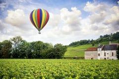borgonha Balão de ar quente sobre os vinhedos da Borgonha france foto de stock