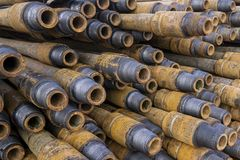 Boring van olie en gasputten De inspectie van de boorpijp Het buizenstelsel voor olie en gas maakte van op het voetstuk een lijst royalty-vrije stock fotografie