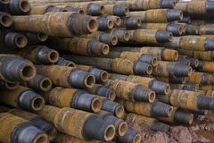 Boring van olie en gasputten De inspectie van de boorpijp Het buizenstelsel voor olie en gas maakte van op het voetstuk een lijst stock foto's