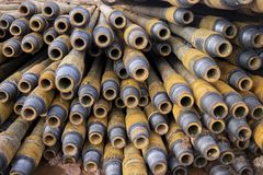 Boring van olie en gasputten De inspectie van de boorpijp Het buizenstelsel voor olie en gas maakte van op het voetstuk een lijst royalty-vrije stock afbeeldingen