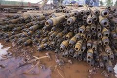 Boring van olie en gasputten De inspectie van de boorpijp Het buizenstelsel voor olie en gas maakte van op het voetstuk een lijst royalty-vrije stock foto