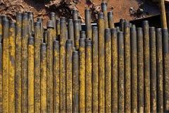 Boring van olie en gasputten De inspectie van de boorpijp Het buizenstelsel voor olie en gas maakte van op het voetstuk een lijst stock foto