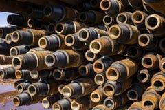 Boring van olie en gasputten De inspectie van de boorpijp Het buizenstelsel voor olie en gas maakte van op het voetstuk een lijst stock fotografie