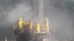 Boringsinstallatie in de steenkool open kuil Boorgaten voor explosieven in de steengroeve Langzame motie, 4k, 60fps stock footage
