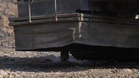 Boringsinstallatie in de steenkool open kuil Boorgaten voor explosieven in de steengroeve Langzame motie, 4k, 60fps Sluit omhoog stock footage