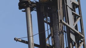 Boringsinstallatie in de steenkool open kuil Boorgaten voor explosieven in de steengroeve Langzame motie, 4k, 60fps Sluit omhoog stock videobeelden
