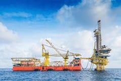 Boringsinstallatie die aan het verre platform van de productiebron aan voltooiing op gassen en ruwe oliebron werken royalty-vrije stock afbeeldingen