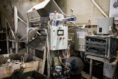 Boringsmachine een fabrieksarbeider stelt een houtbewerkingsmachine in werking stock foto's