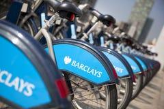 Boris bikes il parcheggio sulle bici di ariaBoris di Canary Wharf di affari che parcheggiano sull'aria di Canary Wharf di affari Fotografia Stock Libera da Diritti
