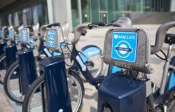 Boris bikes il parcheggio sulle bici di ariaBoris di Canary Wharf di affari che parcheggiano sull'aria di Canary Wharf di affari Immagini Stock Libere da Diritti