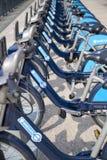 Boris bikes il parcheggio sulle bici di ariaBoris di Canary Wharf di affari che parcheggiano sull'aria di Canary Wharf di affari Immagine Stock