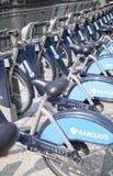 Boris cyklar som parkerar på affärsCanary Wharf ariaBoris, cyklar parkering på den affärsCanary Wharf arian Arkivfoto