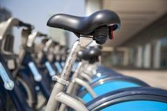 Boris cyklar som parkerar på affärsCanary Wharf ariaBoris, cyklar parkering på den affärsCanary Wharf arian Arkivbilder