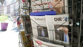Boris Johnson op voorpagina van het internationale nieuws van krantenbrexit stock footage