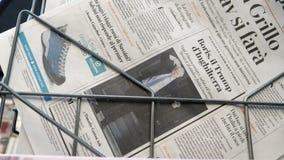 Boris Johnson vergeleken Troef van Europese krant stock videobeelden