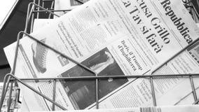 Boris Johnson vergeleken Troef van Europese krant stock footage