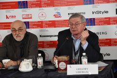 Boris Karadzhev Grigory Libergal på presskonferensen royaltyfria bilder