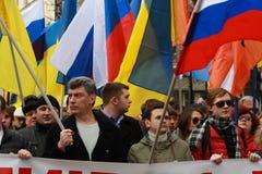 Boris Nemtsov y Ilya Yashin en la paz marzo en apoyo de Ucrania Fotos de archivo libres de regalías