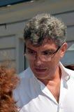 Boris Yefimovich Nemtsov Séparant avec Valeria Novodvorskaya, le centre de Sakharov à Moscou le 16 juillet 2014 Image stock