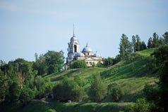 Borisoglebovsky Vernicle的大教堂和教会在一belltower下的在小山在市Staritsa 城市克里姆林宫横向晚上被反射的河 特维尔r 免版税库存图片