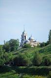 Borisoglebovsky Vernicle的大教堂和教会在一belltower下的在小山在市Staritsa 城市克里姆林宫横向晚上被反射的河 特维尔r 免版税库存照片