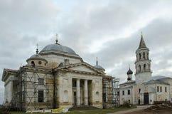 Borisoglebsky katedra na dobrze i Vvedenskaya kościół na lewicie Torzhok zdjęcia stock