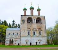 Borisoglebsky, Rusia - pueden, 05, 2016: El campanario viejo con la iglesia del profeta San Juan Bautista del St Fotos de archivo