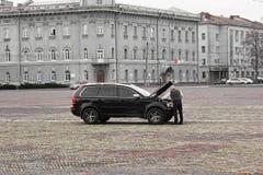 "Borispol, Ουκρανία - τον Οκτώβριο Ï""Î¿Ï… 2017: Το άτομο επισκευάζει Ï""Î¿ αυÏ""οκίνηÏ""Ï στοκ φωτογραφίες με δικαίωμα ελεύθερης χρήσης"