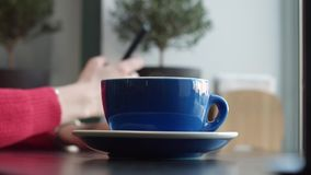 Borist mette una tazza di caffè caldo sulla Tabella archivi video