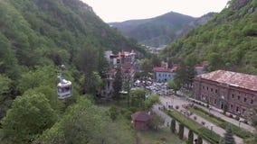 Borjomi, Geórgia, o 8 de julho de 2017: Opinião aérea do zangão da estância turística de Borjomi em Geórgia central Sabido para s vídeos de arquivo