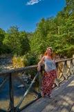 BORJOMI, GEORGIA - 7. August 2017: Frau auf einer Flussbrücke in B Stockfoto