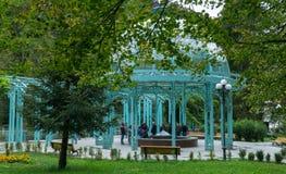 BORJOMI, GEORGIA - 27 DE SEPTIEMBRE DE 2016: La fuente de agua mineral en parque de la ciudad Imagen de archivo