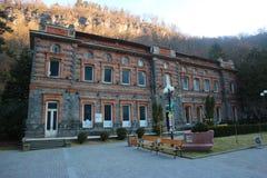 Borjomi Georgia, Februari 28th 2018: Första buteljera fabrik av den berömda Borjomi mineralvattenen Arkivfoton