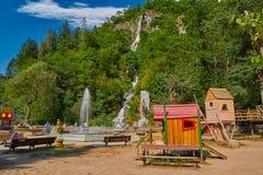 BORJOMI, GRUZJA - 07 2017 SIERPIEŃ: Borjomi centrali park z chi Zdjęcie Royalty Free