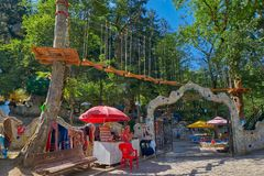 BORJOMI, GRUZJA - 07 2017 SIERPIEŃ: Borjomi centrali park z chi Fotografia Stock