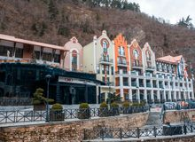 BORJOMI, la Géorgie 16 janvier 2019 : Complexe d'hôtel de plaza de Crowne dans Borjomi georgia photographie stock libre de droits