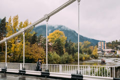 Borjomi, samtskhe-Javakheti, Γεωργία Γυναίκα που διασχίζει στη γέφυρα Ο Στοκ φωτογραφία με δικαίωμα ελεύθερης χρήσης