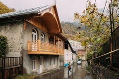 Borjomi, Samtskhe-Javakheti, Georgia Дорога скрещивания мальчика под Стоковая Фотография RF