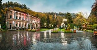 Borjomi Samtskhe-Javakheti, Georgia Den berömda lokala gränsmärket är staden parkerar på Autumn October Evening arkivfoton