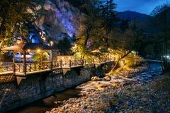 Borjomi Samtskhe-Javakheti, Georgia Nattsikten av den Borjomula bergfloden som passerar till och med stad, parkerar och gatan arkivbilder