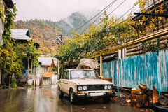 Borjomi Samtskhe-Javakheti, Georgia Ryska gamla Rusty Car Seda royaltyfri foto