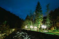 Borjomi Samtskhe-Javakheti, Georgia Scenisk nattsikt av bortgången för Borjomula bergflod till och med parkera Landskap arkivfoton