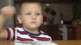 Borla del uso del niño pinturas del drenaje del niño metrajes