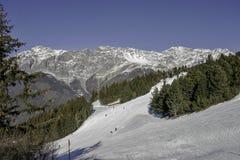 Bormio, Itália - 31 de janeiro de 2005: Inclinações do esqui em Bormio entre t Imagem de Stock