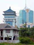 Bornéu. Edifícios velhos & novos fotografia de stock royalty free