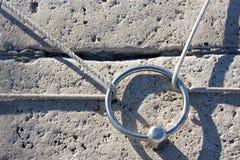 Borne d'acier inoxydable sur le pilier en pierre Photos libres de droits