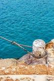 Borne d'amarrage avec une corde, lagune bleue, port d'île de Comino, Malte images stock