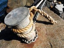 Borne d'amarrage pour des bateaux image stock