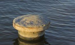 Borne d'amarrage sur l'eau Photos libres de droits