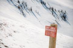 Borne d'avertissement de région de ski image stock